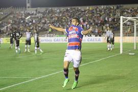 Bruno Melo, de braços abertos, comemorando um dos gols do Fortaleza