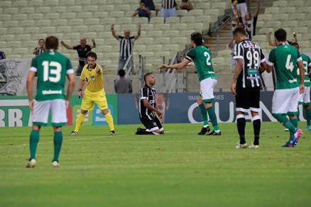 Lance de jogo entre Ceará x Goiás, no Castelão