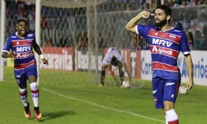 Pedro Carmona aponta cabeça comemorando gol