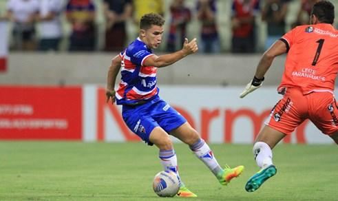Leandro Lima dominando bola em jogo do Fortaleza no Castelão