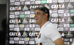 Treinador Marcelo Chamusca sorri durante entrevista coletiva