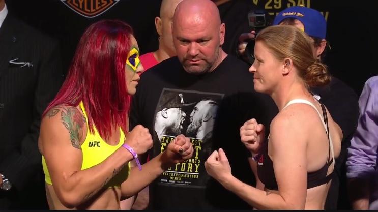 Cris Cyborg encara Tonya Evinger, sob a mediação de Dana White, presidente do UFC