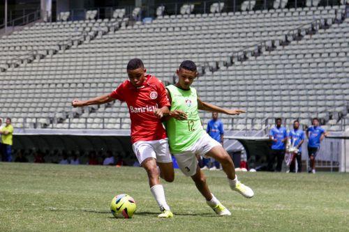 Atleta da escolinha do Internacional disputa bola com atleta da escolinha do Fluminense (Foto: )