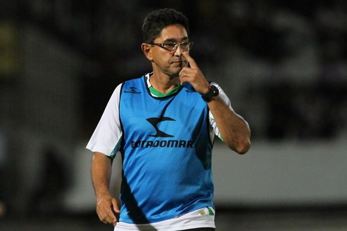 Sérgio China, de colete, à beira do campo, mexendo no óculos  (Foto: )