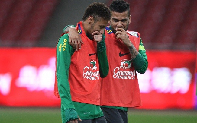 Neymar e Dani Alves abraçados, em treino da Seleção  (Foto: )
