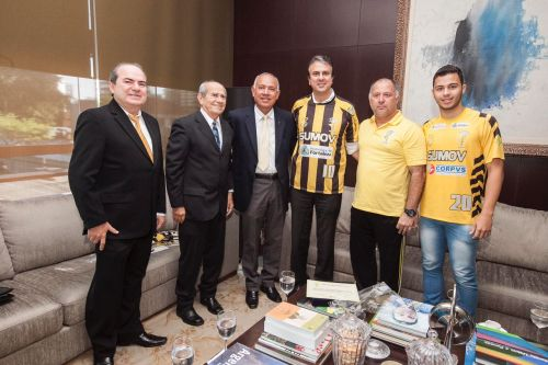 Diretores do Sumov posam para foto, ao lado do Governador do Estado, Camilo Santana