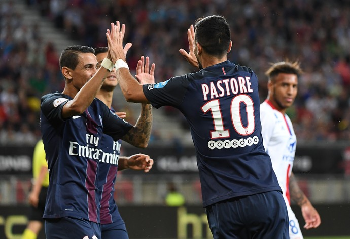 Pastore cumprimentando companheiros de PSG após marcar um gol pelo time (Foto: )