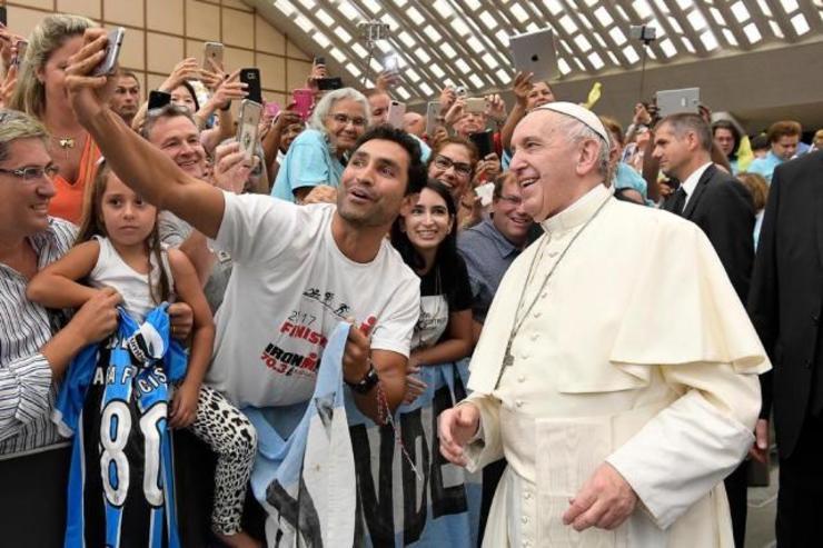 Papa Francisco recebe camisa do Grêmio em evento no Vaticano