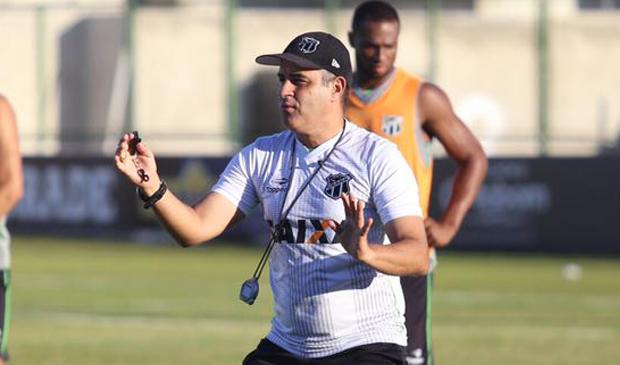 Chamusca gesticulando com os jogadores durante o último treino do Ceará em Porangabuçu
