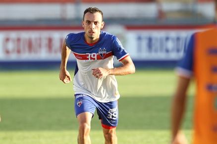 Paulo Sérgio correndo em treino do Fortaleza no Pici