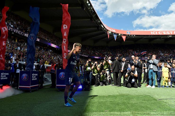 Neymar acena para a torcida na entrada no gramado do estádio Parque dos Príncipes