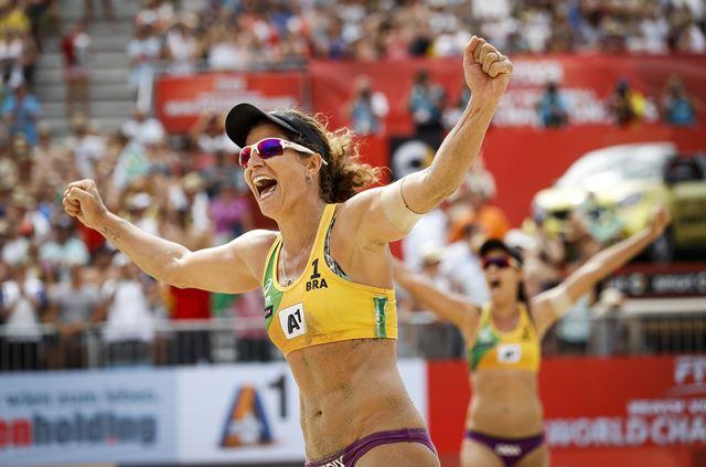 Larissa corre para comemorar a medalha de bronze com a comissão técnica