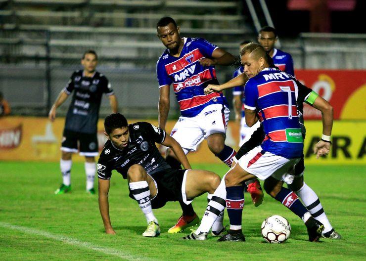 Jogadores de ASA e Fortaleza disputam a bola