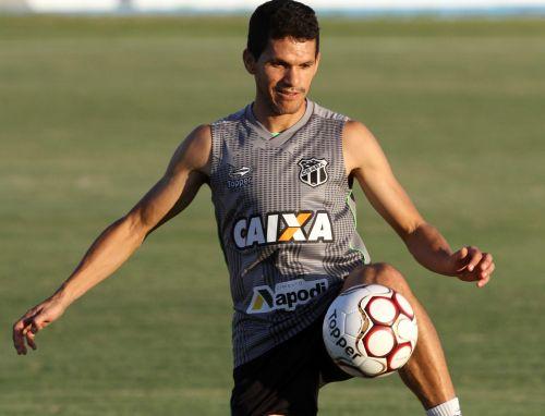 Magno Alves dominando bola, em treino