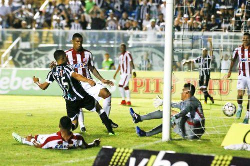 Meia Lima, do Ceará, no momento em que toca a bola para o gol