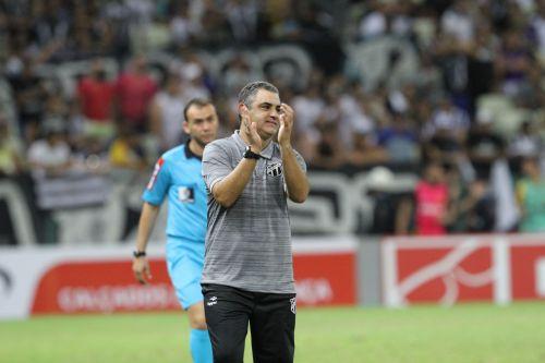 Marcelo Chamusca aplaude os jogadores do Ceará