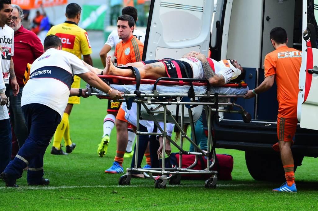 Jogador Lucas Pratto sendo transportado de maca até a ambulância, durante partida