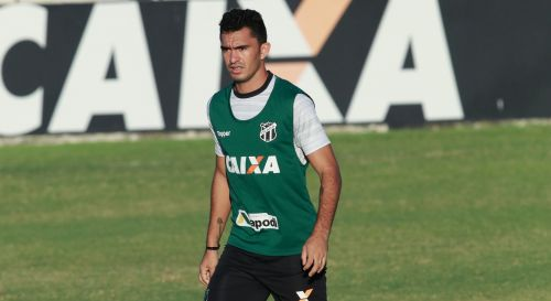 Raul, com colete verde, em campo, durante treino do Ceará