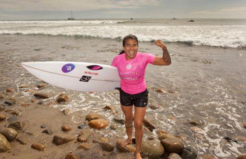Silvana Lima com prancha embaixo do braço, comemorando vitória