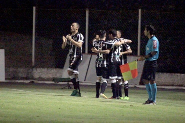 Alvinegros comemoram gol marcado por Lima, que deu a vitória ao Vovô.