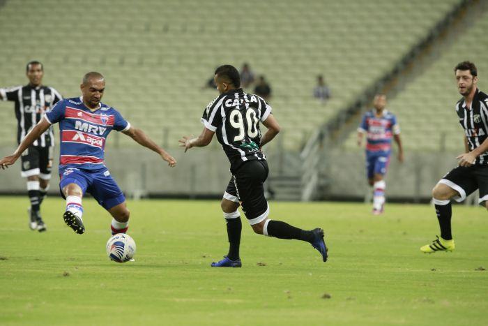Jogadores de Ceará e Fortaleza dividem bola em campo