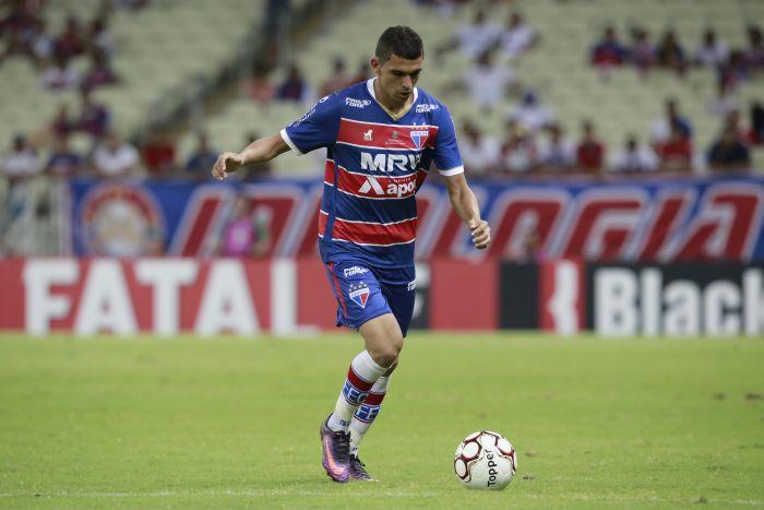 Bruno Melo, correndo com a bola no pé