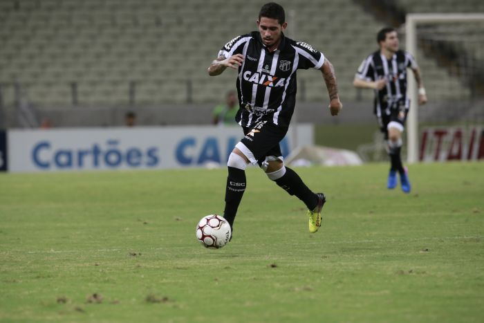 Leandro Carvalho, jogador do Ceará, com a bola no pé, correndo
