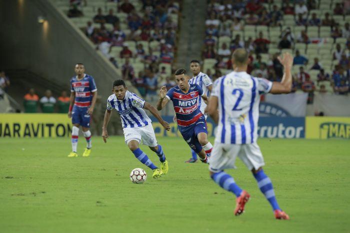 Jogador Bruno Melo, do Fortaleza, tenta passar da marcação de um atleta do CSA