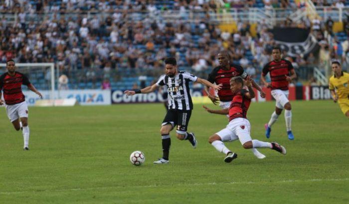 Atleta Ricardinho tenta passar do jogador do Peste, que tenta bloquear o jogador do Ceará