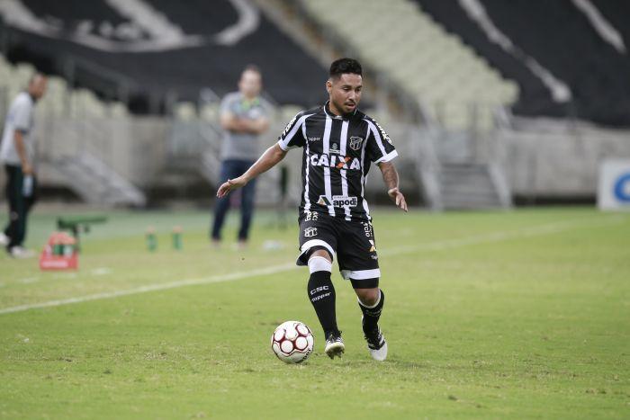 Tiago Cametá, com a bola dominada, em campo