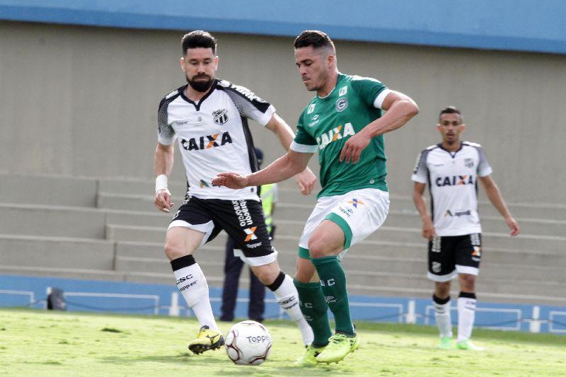 Meia do Ceará Ricardinho disputa bola com jogador do Goiás