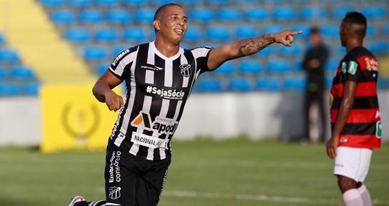 Rafael Costa, comemorando gol, aponta para o lado direito de quem olha para a tela