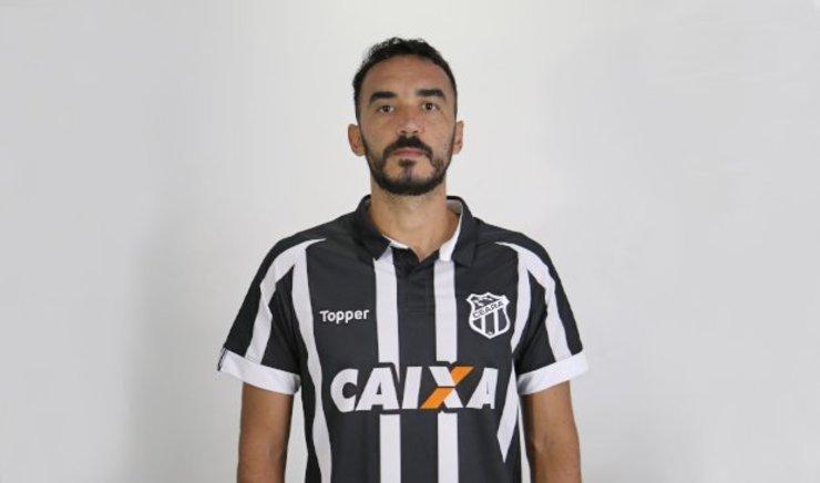Zagueiro Tiago Alves com a camisa do Ceará