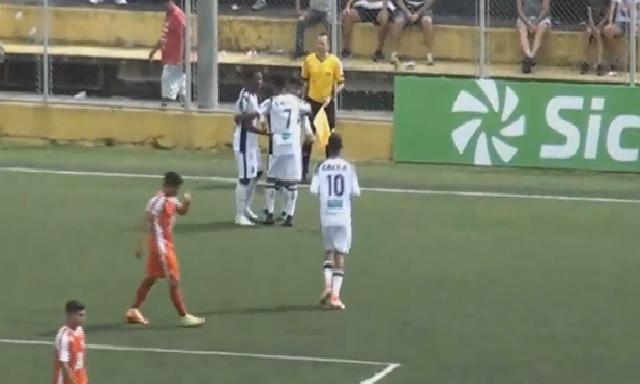 Jogadores do Ceará se abraçam em comemoração a um gol