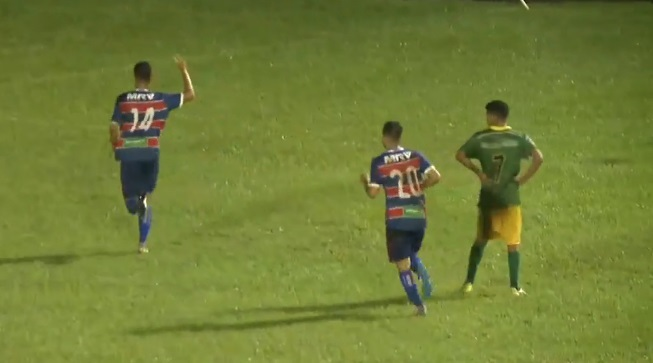 Mateus Sena corre, com as costas viradas para a câmera, comemorando o gol