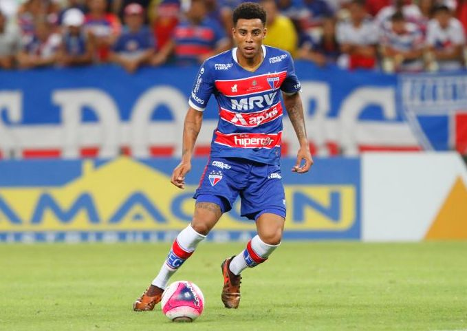 Gustavo, com a bola no pé, centralizado, uniformizado com o material do Fortaleza