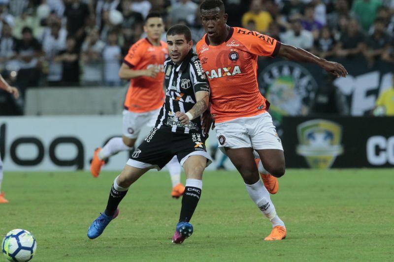 Jogador do Ceará disputa bola com jogador do Atlético Paranaense