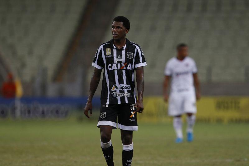 Douglas Coutinho, em campo, uniformizado, sozinho na foto