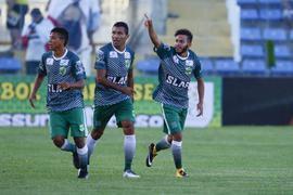 Jogadores do Floresta comemorando gol
