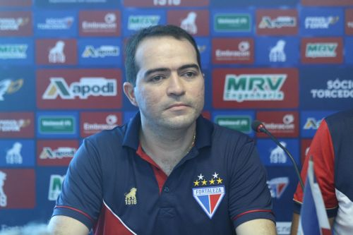 Marcelo Paz, com, camisa do Fortaleza, foto do peito para cima, com apenas ele na imagem