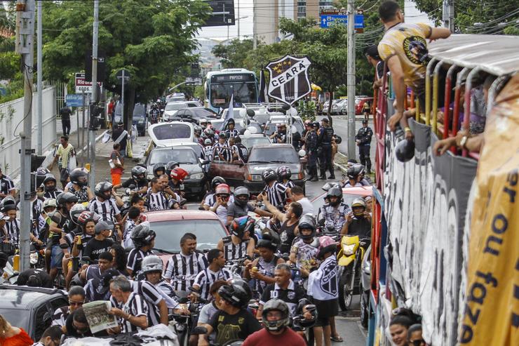 Grande número de torcedores com camisa do Ceará seguem caminhão do time em carreata