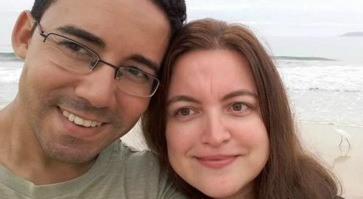 Casal em selfie na praia