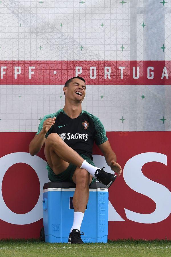 Cristiano Ronaldo sorridente durante treino