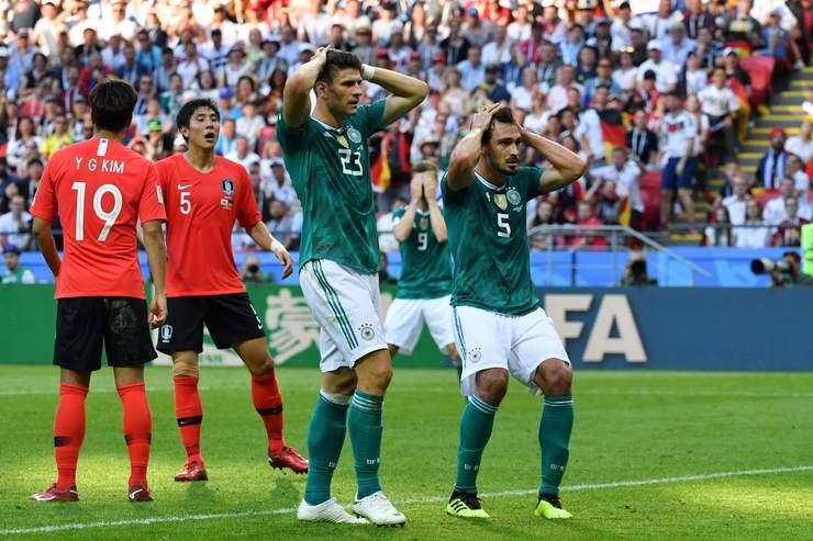 Jogadores alemães frustrados com lance, ao lado de sul-coreanos
