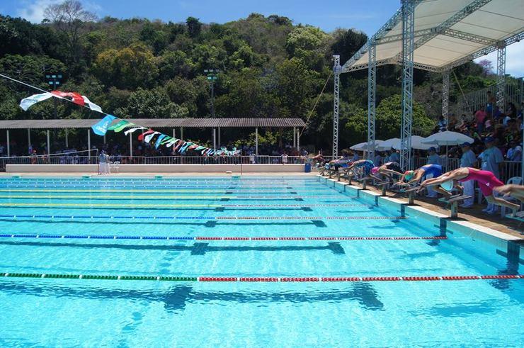 Nadadores saltam na piscina