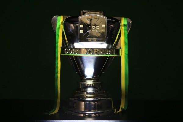 Troféu em disputa na Copa do Brasil, que dá ao campeão uma vaga na Taça Libertadores.
