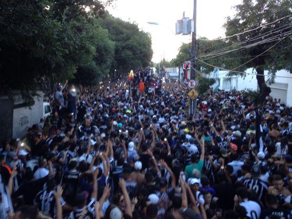 Multidão acompanha carreata