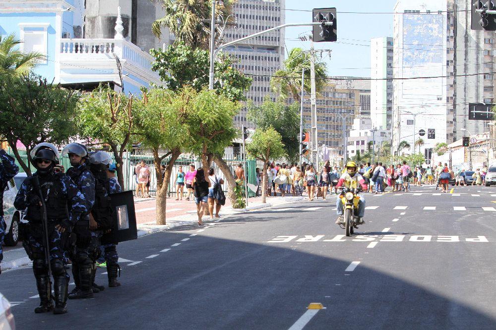 Agentes de trânsito, fiscais e guardas municipais transitam entre as ruas do entorno na intenção de coibir o comércio informal (Evilázio Bezerra / O POVO)