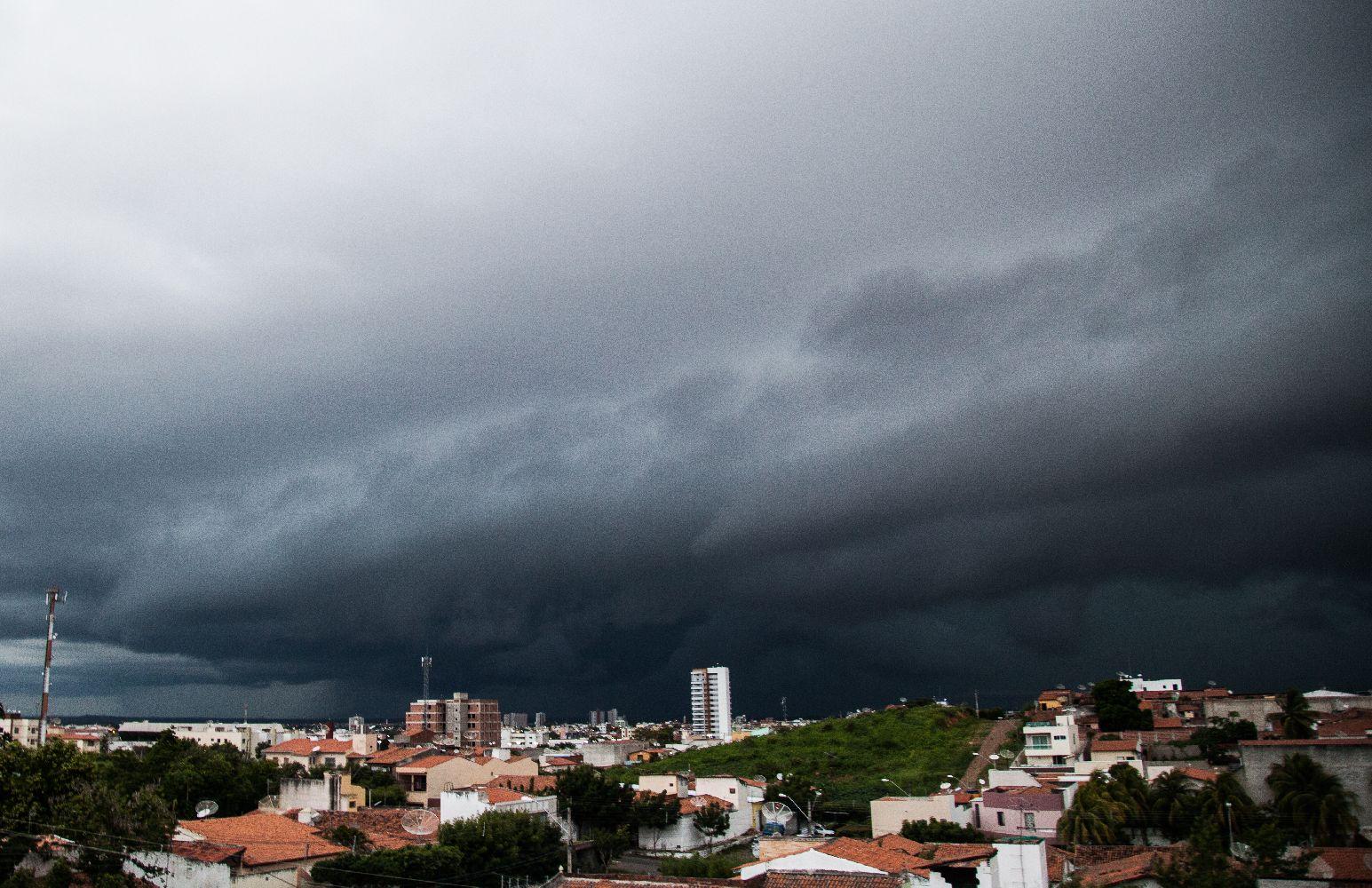 Nuvens de chuva carregadas em Sobral (Fotos: Alex Costa)
