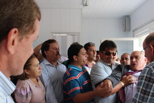 Deputado Carlomano é contido durante tentativa de agressão, em imagem cedida pela assessoria de imprensa do vereador João Alfredo